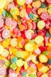Gelées colorées et fond en forme de coeur de bonbons à sucreries Image libre de droits