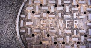 Gelüftete Einsteigeloch-Abwasserkanal-Hauptleitungs-Abdeckung Asphalt Side Street Water Drain Lizenzfreie Stockfotografie
