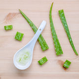 Gel alternativo di vera dell'aloe di cura di pelle in cucchiai di legno con aloe Immagini Stock