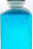 Gel azul de la sustancia química del color imagenes de archivo