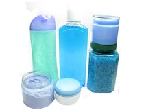 Gel de douche de bouteilles de shampooing baignant le positionnement de sel Image stock