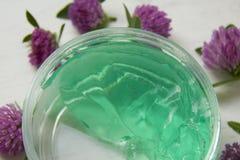 Gel di erbe in un barattolo, con il profumo del fiore Fotografia Stock