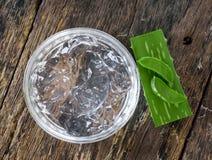 Gel di vera dell'aloe in ciotola con sulla tavola di legno Immagine Stock