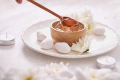 Gel di vera dell'aloe su una ciotola, con il crisantemo e la candela in pietra Immagine Stock