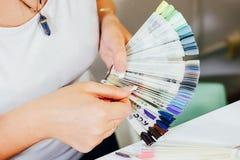 Gel gwoździa colour szyka paleta przy piękno salonem Fotografia Royalty Free