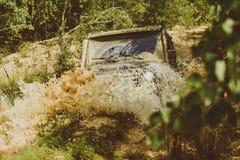 Gel?ndefahrzeug geht auf Gebirgsweise Dragracingauto brennt Gummi extrem Nicht f?r den Stra?enverkehr Auto Des Jeeps Abenteuer dr stockbilder