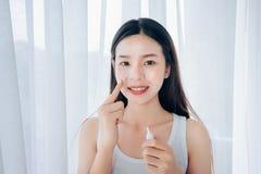 Gel van de het gebruiksacne van de schoonheids het Aziatische vrouw skincare na het reinigen stock foto