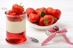 Gelaagd aardbeidessert - pannacotta met aardbeigelei en aardbeien royalty-vrije stock fotografie