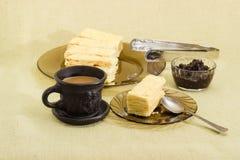 Gelaagd biscuitgebak, koffie met melk, jam stock fotografie