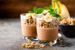 Gelaagd de puddingsparfait van chocoladechia met banaan, granola en yoghurt, dessert royalty-vrije stock afbeeldingen
