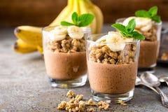Gelaagd de puddingsparfait van chocoladechia met banaan, granola en yoghurt, dessert royalty-vrije stock fotografie