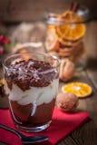 Gelaagd dessert in een glas op een houten lijst royalty-vrije stock fotografie