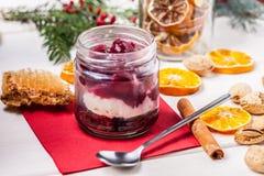 Gelaagd dessert in een glaskruik op een houten lijst royalty-vrije stock fotografie