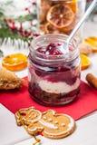 Gelaagd dessert in een glaskruik op een houten lijst stock afbeeldingen
