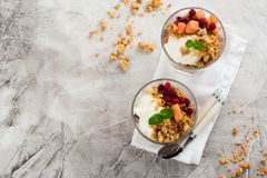 Gelaagd dessert in glas royalty-vrije stock foto