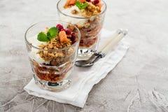 Gelaagd dessert in glas royalty-vrije stock fotografie