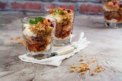 Gelaagd dessert in glas stock fotografie