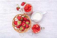 Gelaagd dessert met aardbei en roomkaas in glaskruik stock afbeelding