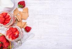 Gelaagd dessert met aardbei en roomkaas in glaskruik stock afbeeldingen
