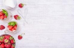 Gelaagd dessert met aardbei en roomkaas in glaskruik royalty-vrije stock foto's