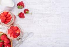 Gelaagd dessert met aardbei en roomkaas in glaskruik royalty-vrije stock afbeelding