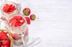 Gelaagd dessert met aardbei en roomkaas in glaskruik stock foto's
