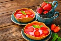 Gelaagd dessert met vruchten, roomkaas en royalty-vrije stock fotografie