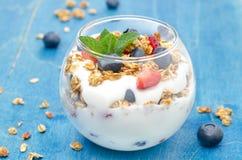 Gelaagd dessert met yoghurt, granola, verse bessen stock afbeeldingen