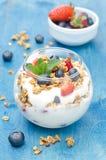 Gelaagd dessert met yoghurt, granola, verse bessen royalty-vrije stock foto's