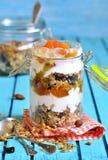 Gelaagd dessert van granola, yoghurt, dadelpruim en honing stock afbeelding