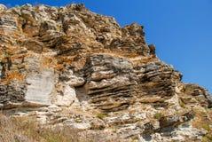 Gelaagd die rotsgezicht op een steengroeve wordt gezien stock foto