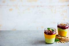 Gelaagd fruit smoothie stock foto's