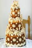 Gelaagd gebakken die brood met fowers wordt verfraaid royalty-vrije stock fotografie