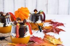 Gelaagd Halloween-dessert in glaskruiken royalty-vrije stock fotografie