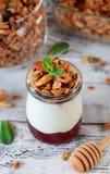 Gelaagd ontbijt met granola, yoghurt en jam in een glaskruik royalty-vrije stock foto's