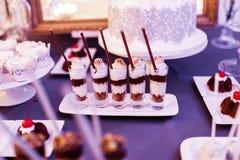 Gelaagd yoghurtdessert in glazen stock foto