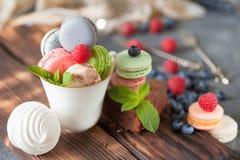 Gelaagde bes en chiazaden smoothies en exotische fruitsalade stock afbeeldingen