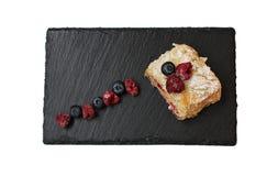 Gelaagde cake Napoleon met bessen bluberries en frambozen stock fotografie