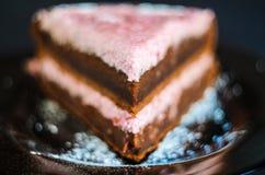 Gelaagde chocoladecake royalty-vrije stock afbeeldingen