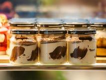 Gelaagde die vers chocoladecake in een glas voor het dienen als individueel dessert wordt gebakken royalty-vrije stock foto