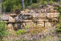 Gelaagde en gebarsten rotsmuur Royalty-vrije Stock Foto