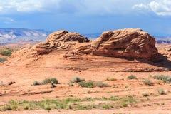 Gelaagde rots in droge en dorre woestijn rond Glen Canyon National Recreation Area royalty-vrije stock foto's