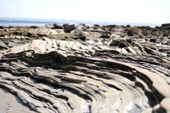Gelaagde Rotsen in Crystal Cove State Park, New Port Beach, Californië royalty-vrije stock afbeeldingen