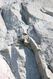 Gelaagde rotsen op een klip Stock Afbeeldingen
