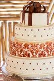 Gelaagde witte huwelijkscake met chocoladedetail Stock Foto