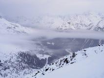Gelaagde wolken in Alpen Stock Foto's
