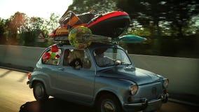 Geladen familieauto op de weg stock video