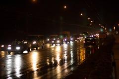 Geladen mit Autos durch Stadtstraße stockbild