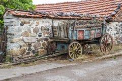 Geladen mit Kompost färbte alten Wagen im Rhodope-Gebirgsdorf von Bukovo, Bulgarien stockfotografie