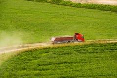 Geladen rode vrachtwagen Royalty-vrije Stock Afbeeldingen